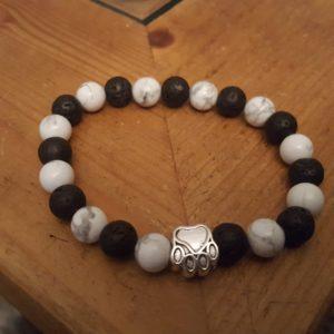 Bracelet patte de chien avec perles de howlite et pierre de lave naturelles