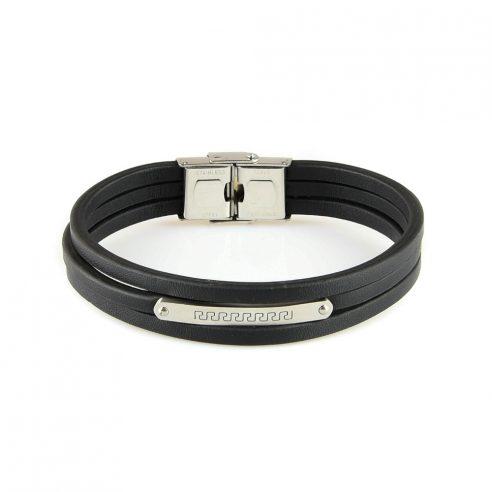 Bracelet pour homme constitué de trois lanières en cuir noir et d'une fine plaque en acier inoxydable avec motifs.