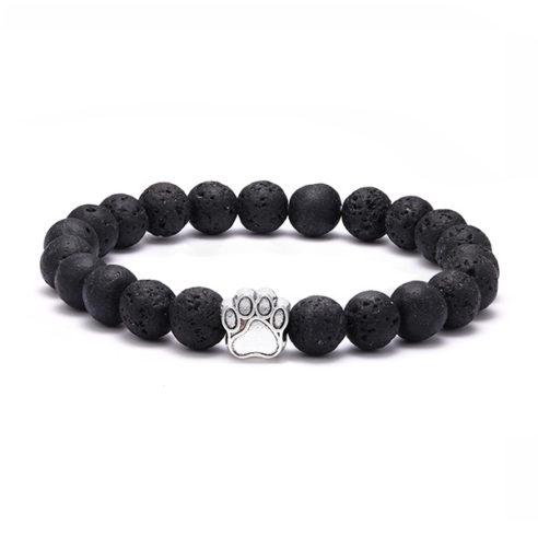 Bracelet pour homme orné d'une élégante patte de chien de couleur argent, et de perles de pierre de lave naturelles.