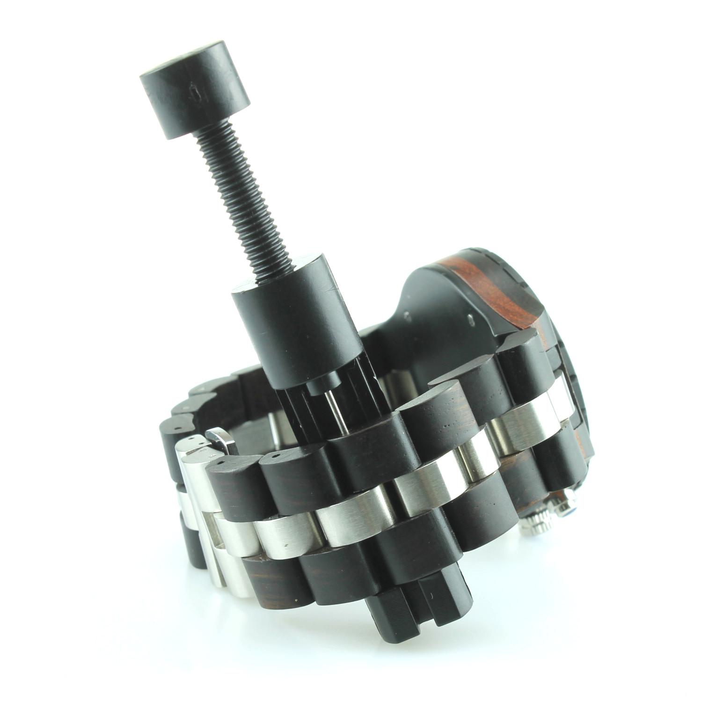 Positionner la pointe de l'outil au contact de la goupille, et veiller à ce que l'autre extrémité du trou soit en face de l'encoche située à l'autre bout de l'outil