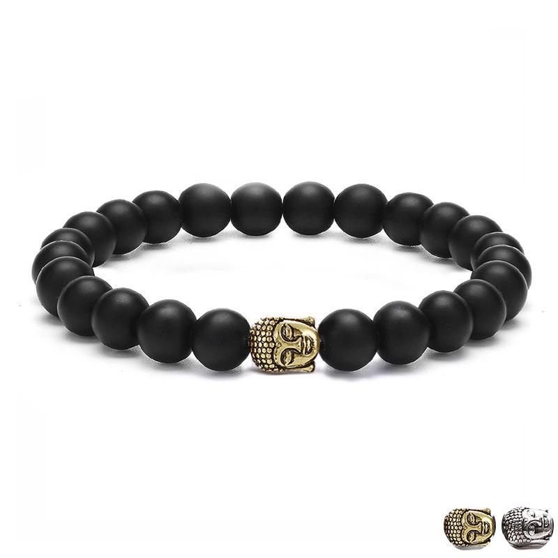 Bracelet pour homme orné d'une tête de bouddha dorée et de perles d'agate noire.