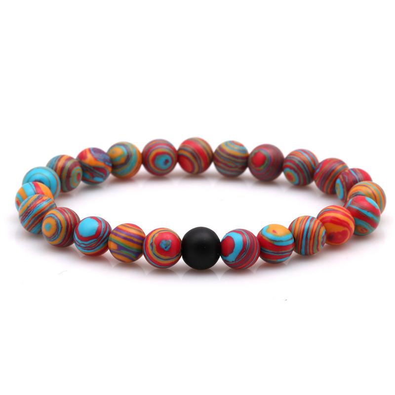 Bracelet pour homme composé de perles de malachite et d'une perle d'agate mate.