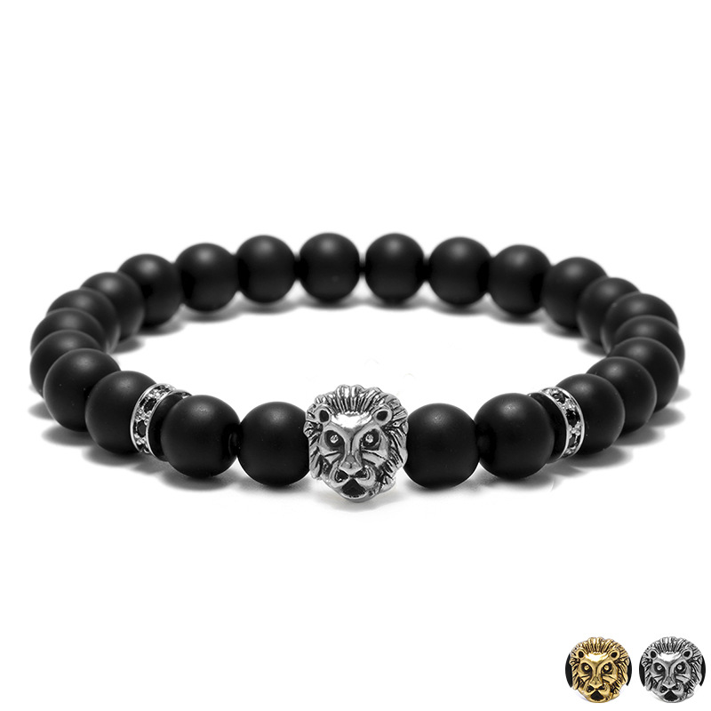 Bracelet pour homme composé d'une élégante tête de lion de couleur argent ou or et de perles d'agate mate.