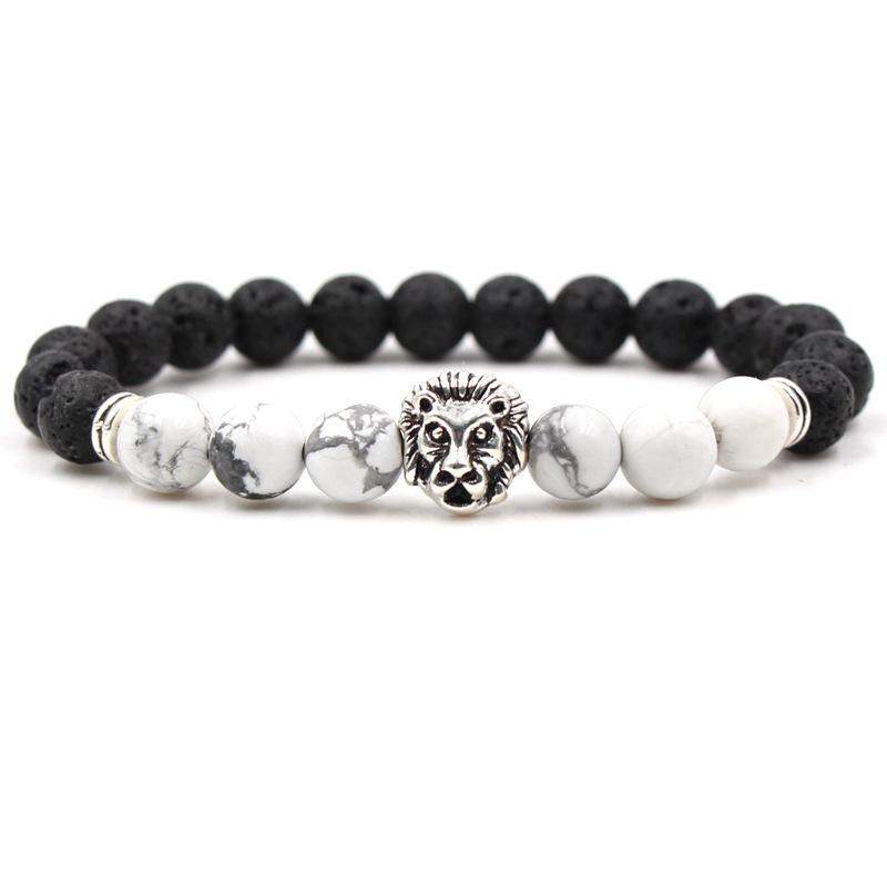 Bracelet pour homme composé d'une élégante tête de lion couleur argent, de perles de pierre de lave et de perles de howlite.