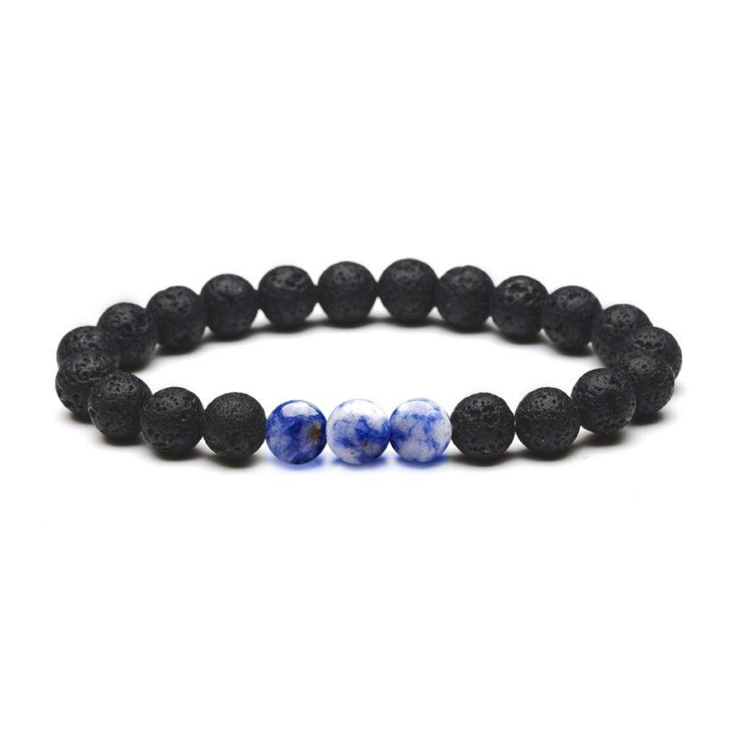 Bracelet pour homme composé de perles de pierre de lave et de trois perles de sodalite.