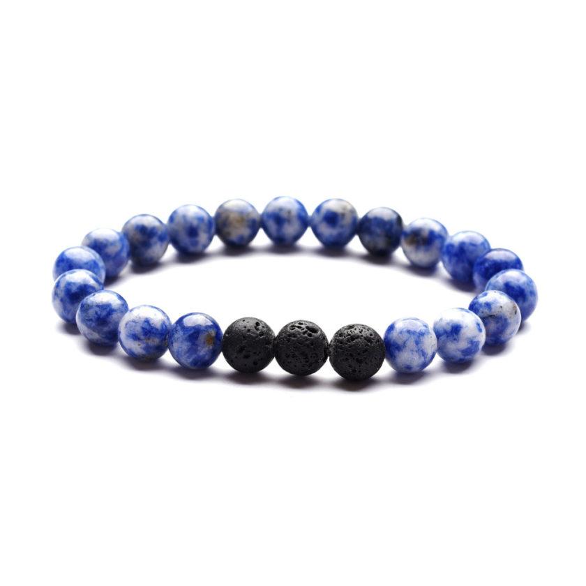 Bracelet pour homme composé de perles de sodalite et de trois perles de pierre de lave.