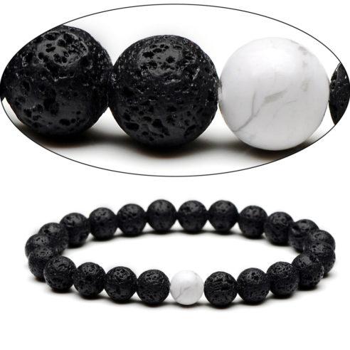 Bracelet pour homme composé de perles de pierre de lave et d'une perle de howlite.