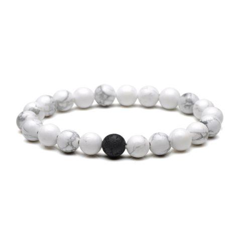Bracelet pour homme composé de perles de howlite et d'une perle de pierre de lave.