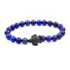 Bracelet pour homme avec une tortue en métal noire et des perles lapis lazuli.