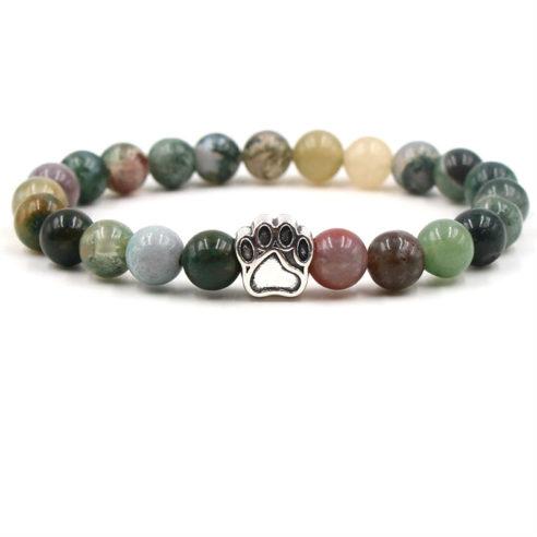 Bracelet pour homme composé d'une élégante patte de chien de couleur argent et de perles d'agate de plusieurs variétés.