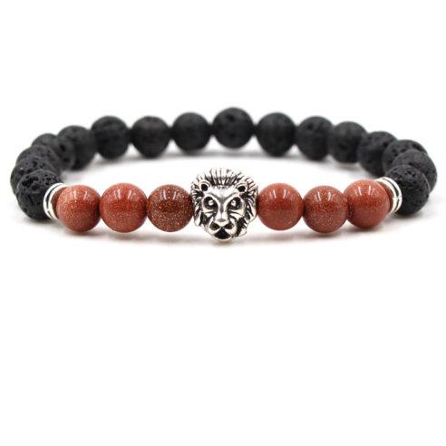 Bracelet pour homme composé d'une élégante tête de lion couleur argent, de perles de pierre de lave et de perles de pierre de sable d'or.