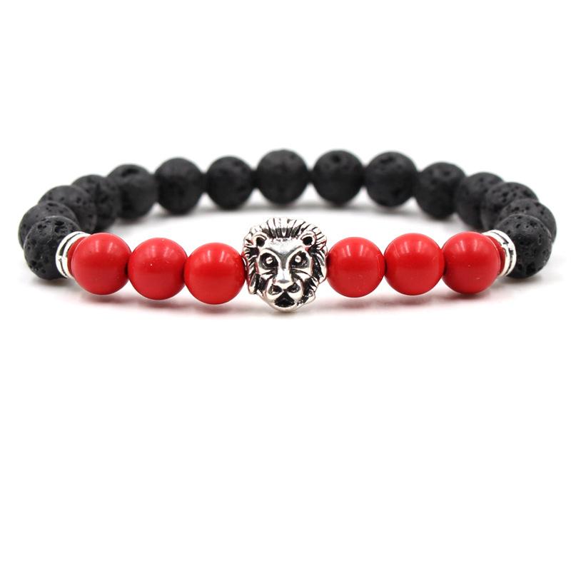 Bracelet pour homme composé d'une élégante tête de lion couleur argent, de perles de pierre de lave et de perles de jaspe rouge.