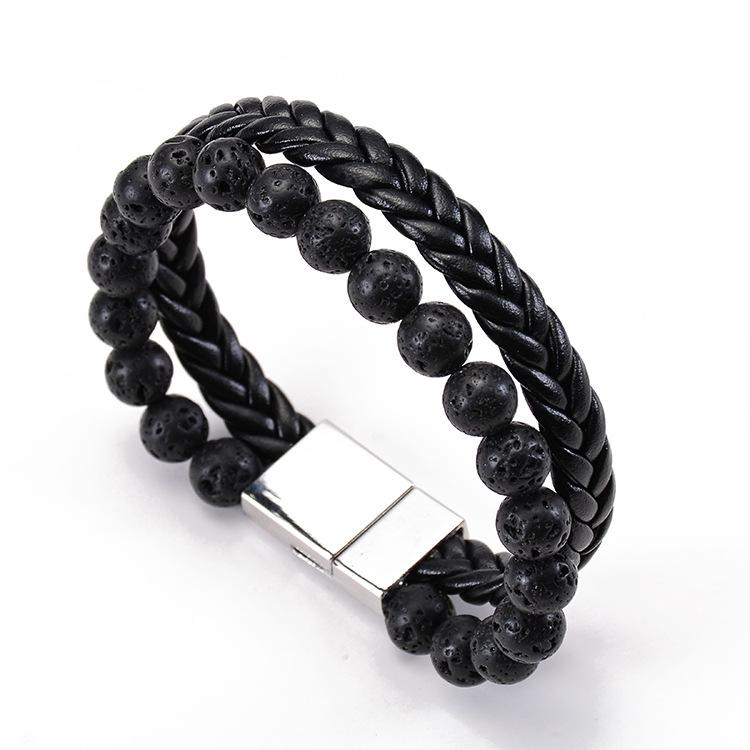 Bracelet pour homme composé d'une lanière en cuir noir tressé et d'un anneau de perles de pierre de lave.