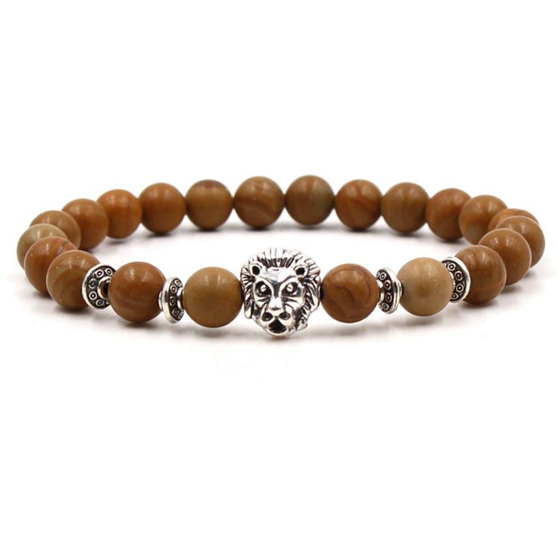 Bracelet pour homme composé d'une élégante tête de lion couleur argent et de perles de couleur brique.