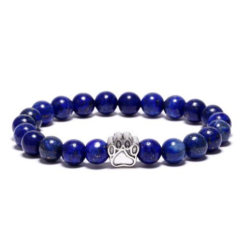 Bracelet pour homme composé d'une élégante patte de chien de couleur argent et de perles d'agate bleue.