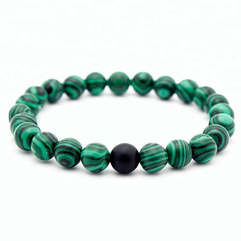 Bracelet pour homme en perles de malachite orné d'une perle d'onyx.