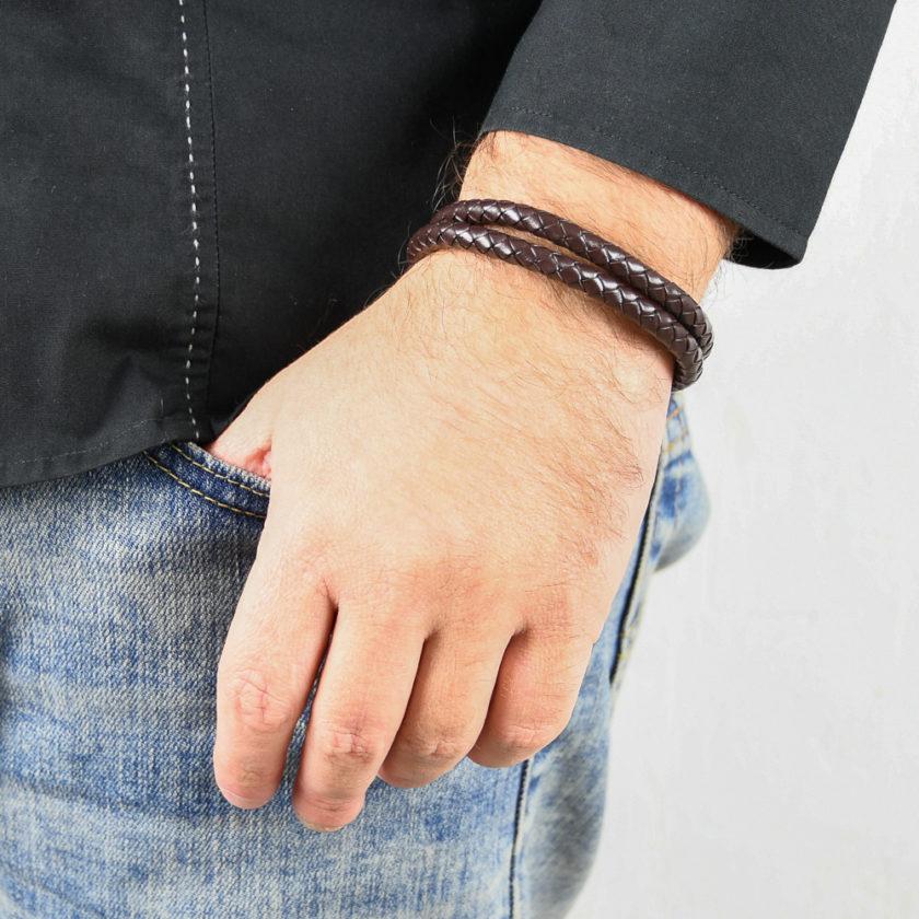 Bracelet pour homme composé de deux lanières de cuir marron tressé.