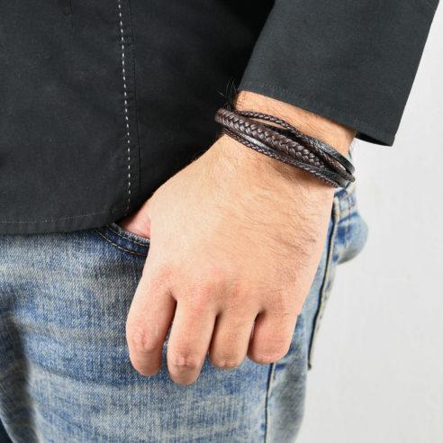 Bracelet pour homme composé de trois lanières de cuir marron tressé et de deux lanières de cuir noir lisse.