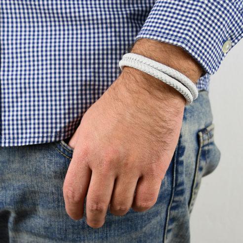 Bracelet pour homme composé de deux lanières de cuir blanc tressé.