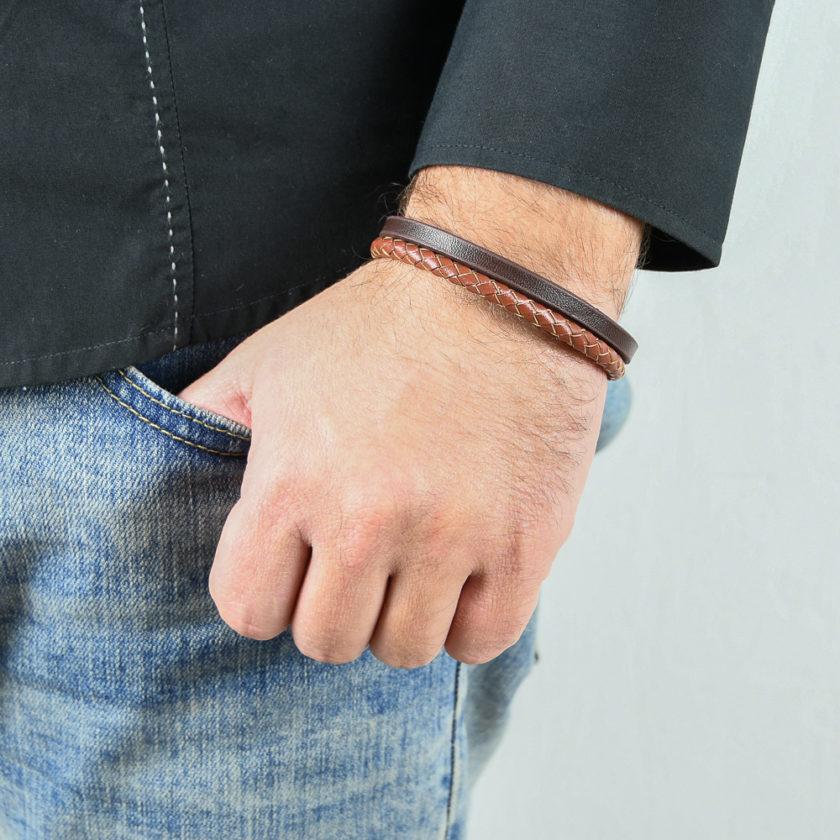Bracelet en cuir pour homme avec une lanière en cuir tressé marron clair et une en cuir lisse marron foncé.