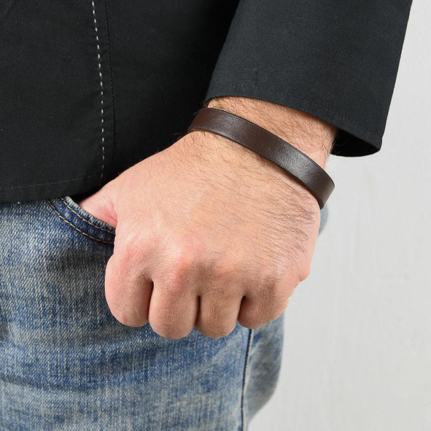 Bracelet en cuir lisse marron pour homme.