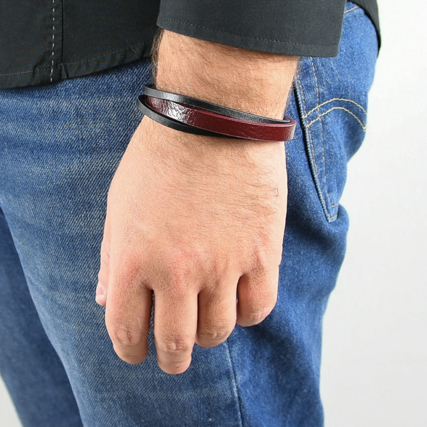 Bracelet pour homme composé d'une lanière de cuir bordeaux et de deux lanières de cuir noir.