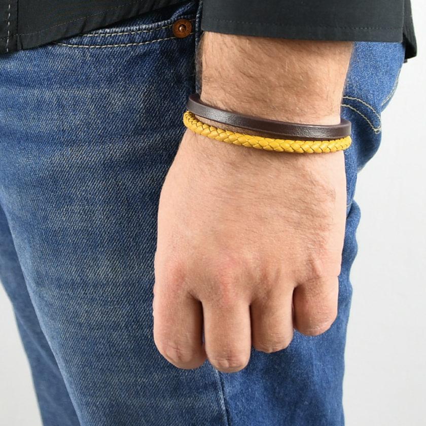 Bracelet en cuir pour homme avec une lanière en cuir tressée ocre et une en cuir lisse marron.