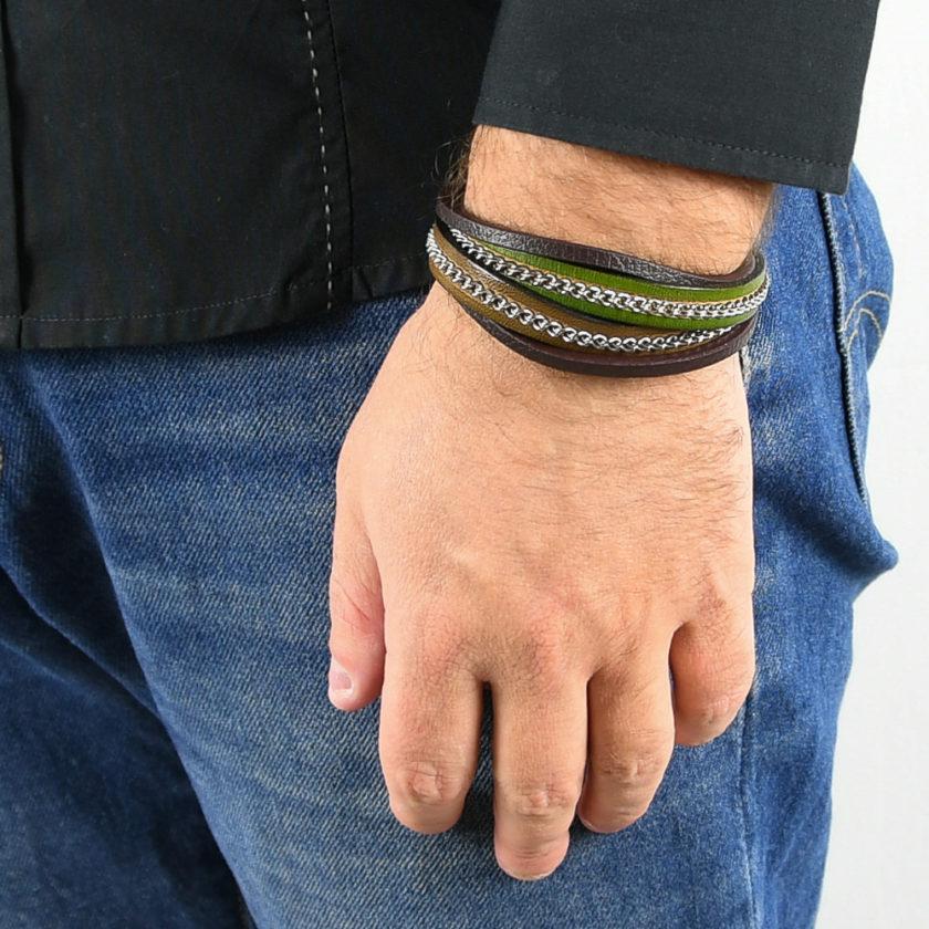 Bracelet pour homme composé de deux lanières de cuir marron et vert ornées d'une chaîne en acier, et de deux lanières fines de cuir marron.