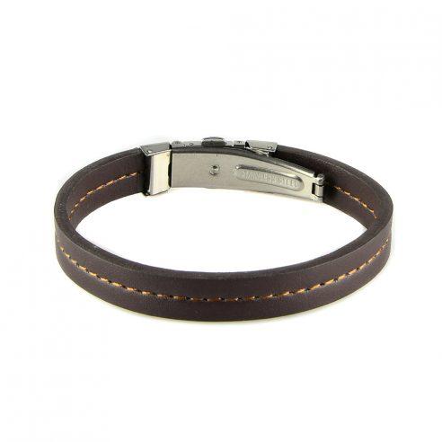 Bracelet pour homme composé d'une lanière de cuir noir lisse avec une élégante couture marron au centre.