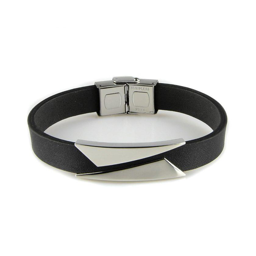 Bracelet pour homme composé d'une lanière de cuir noir et de deux élégantes plaques en acier inoxydable.