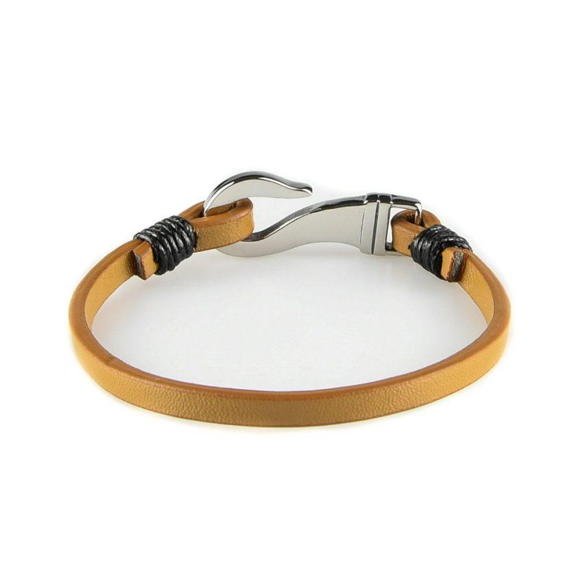 Bracelet pour homme composé d'une lanière de cuir marron clair et d'un élégant fermoir en forme de crochet en acier inoxydable.