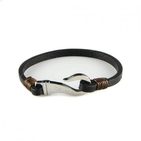 Bracelet pour homme composé d'une lanière de cuir noir et d'un élégant fermoir en forme de crochet en acier inoxydable.