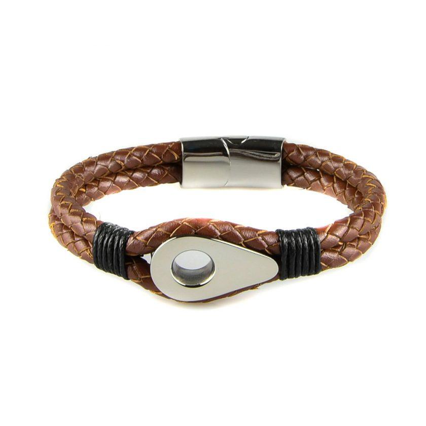Bracelet pour homme en cuir marron tressé avec une poulie de couleur argent et des cordages noirs de part et d'autre.