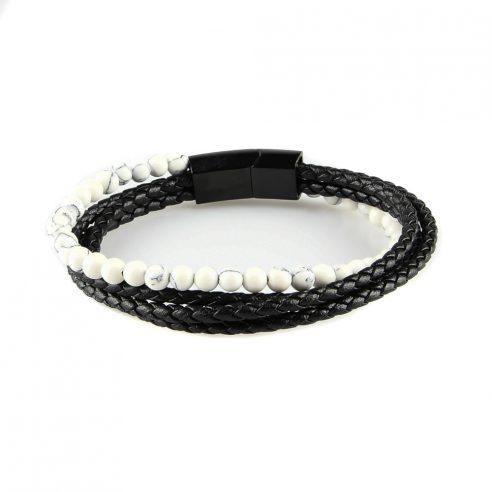Bracelet en cuir pour homme composé de trois lanières de cuir noir et d'une de perles de howlite naturelles.