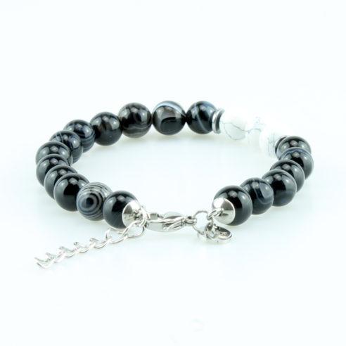 Bracelet pour homme composé de perles d'agate noires rayées et de trois pierres de howlite naturelles.