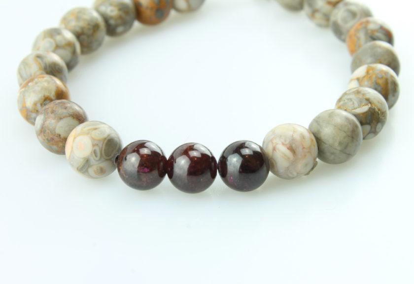 Bracelet pour homme composé de différentes variétés de pierres de jaspe naturelles.
