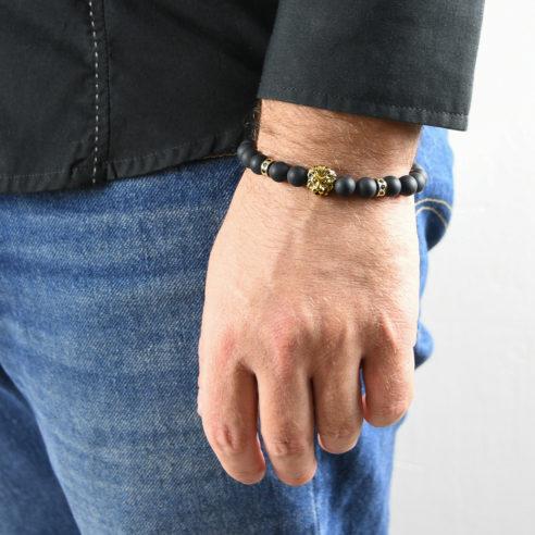 Bracelet pour homme composé d'une élégante tête de lion de couleur or et de perles d'agate mate.