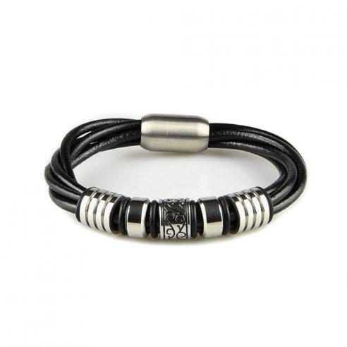 Bracelet pour homme composé de plusieurs lanières de cuir noir lisse et de plusieurs élégantes pièces en acier inoxydable.