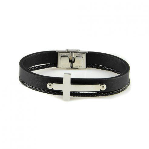 Bracelet pour homme composé d'une fine lanière de cuir noir tressé et d'une plus large sur laquelle se trouve une élégante croix en acier inoxydable.