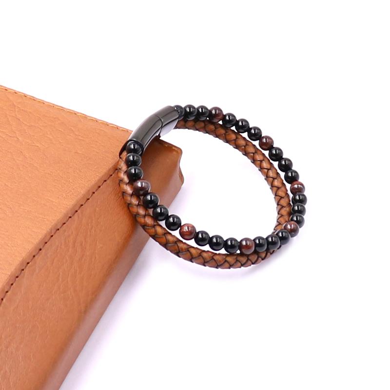 Bracelet pour homme composé d'une lanière de cuir tressé marron et de pierres œil de tigre rouge naturelles.