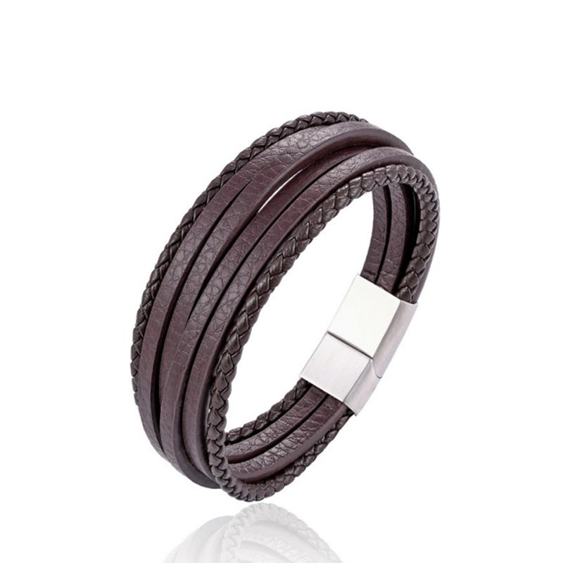 Bracelet pour homme composé de quatre lanières de cuir marron lisse et de deux lanières de cuir marron tressé.