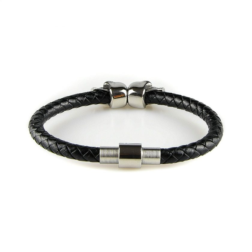 Bracelet pour homme composé d'une lanière de cuir tressé noir et de deux élégants crânes en inox de couleur argent.