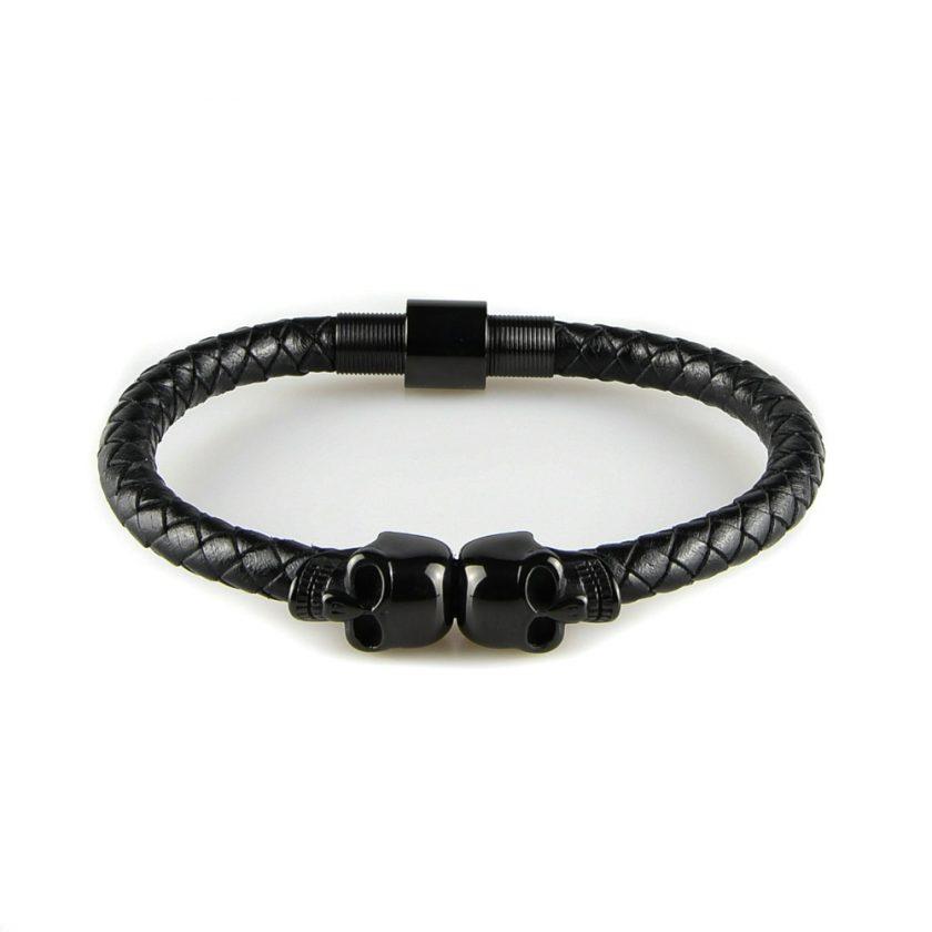 Bracelet pour homme composé d'une lanière de cuir tressé noir et de deux élégants crânes en inox de couleur noire.