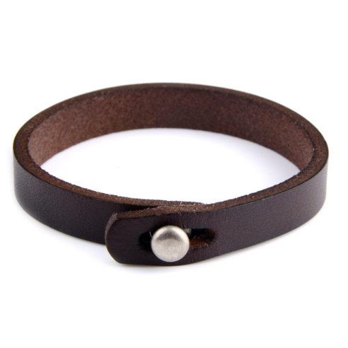 Bracelet pour homme composé d'une lanière de cuir lisse marron et d'un bouton fermoir en acier inoxydable.