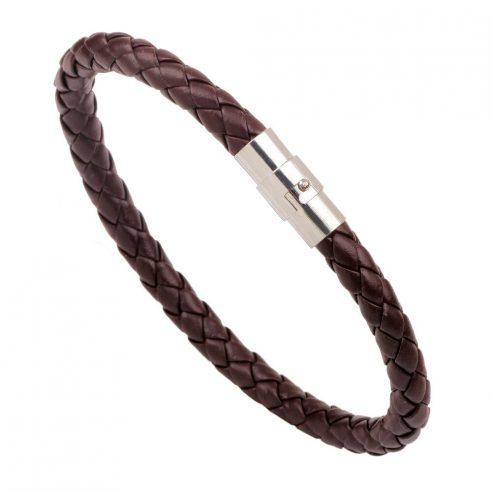 Bracelet pour homme composé d'une lanière de cuir tressé marron et d'un élégant fermoir magnétique en acier inoxydable.